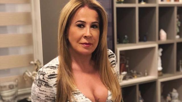 ZIlu Godoi manda indireta para noiva de Zezé di Camargo durante viagem