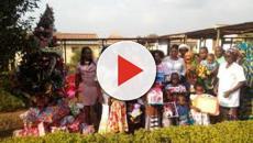 Achille Atanga distribue des dons aux militants de la CAY 2