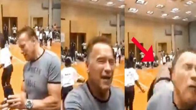 Arnold Schwarzenegger aggredito con un calcio alle spalle