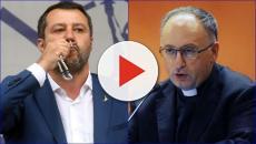 Matteo Salvini espone un rosario sul palco, il Vaticano: 'Dio è di tutti'