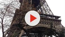 Parigi, un uomo cercava di scalare la Tour Eiffel a mani nude: arrestato