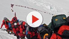 Una foto muestra que aldredor de 200 personas colapsan la subida al Everest
