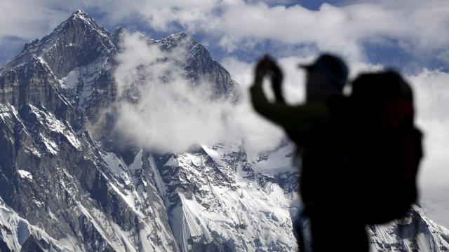 Foto divulgada retrata fila e superlotação para alcançar o cume do Everest