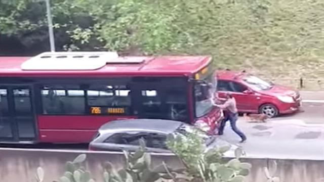 Roma, autista del bus Atac tenta di investire pedone: voleva salire a bordo coi cani