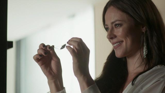 Após ser demitida, Fabiana mostra amuleto para Vivi e irmandade é revelada