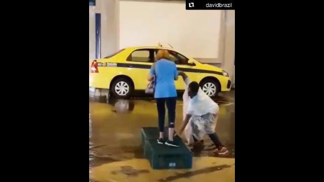 Guardador que ajudou senhora em temporal ganha casa