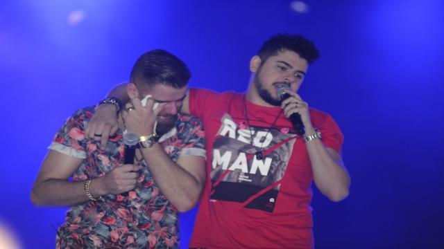 Zé Neto chora no palco e desabafa sobre o filho: 'Não quer falar comigo'