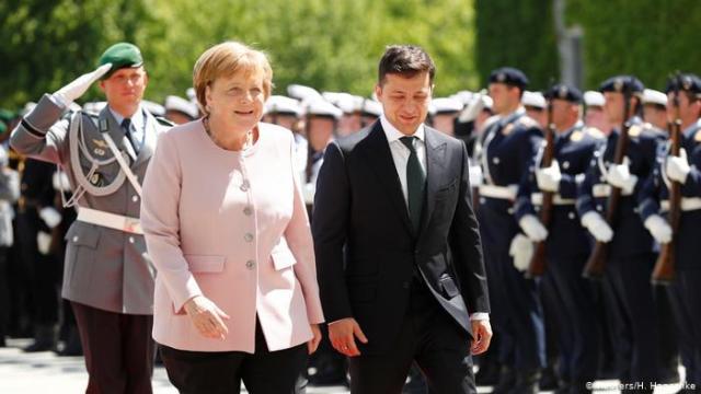 Angela Merkel sufre una convulsión, espasmo y temblores en un acto oficial en Berlín