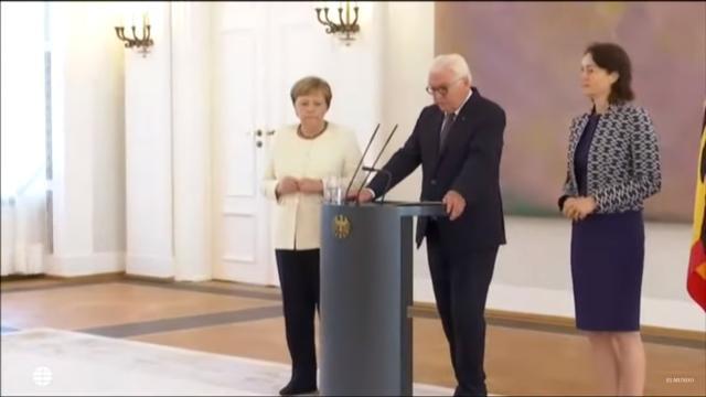 Angela Merkel vuelve a sufrir fuertes temblores en público durante un acto en Berlín