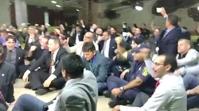 Bolsonaro é chamado de traidor por policiais na Câmara dos deputados
