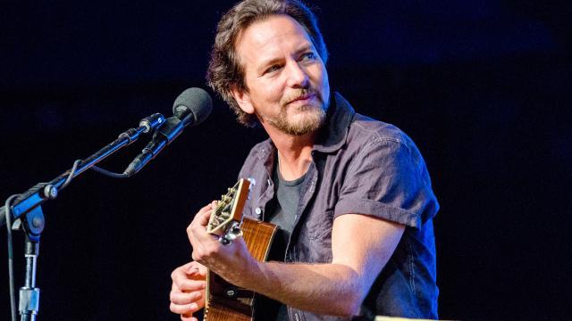 Eddie Vedder regala moltissime cover di artisti internazionali
