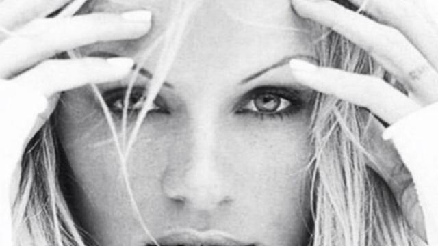 Pamela Anderson diffuse des images de sa blessure à la main