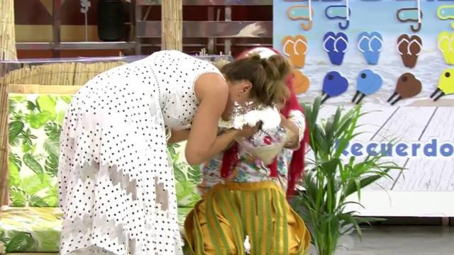 Sálvame: Raquel Bollo se da un tartazo en la cara y así evita ser víctima de Payasín