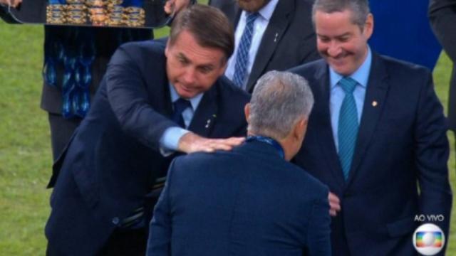 Bolsonaro sofre 'gelo' de Tite, é 'ignorado' por Marquinhos e exaltado por jogadores