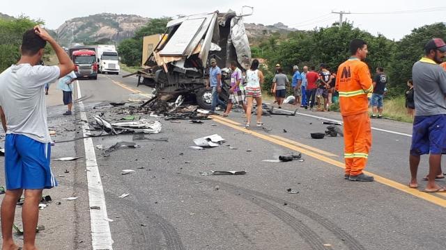 Duas pessoas morrem em acidente envolvendo equipe de Léo Santana