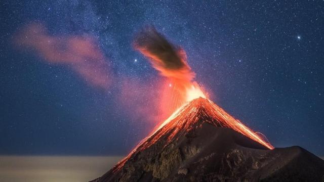 Brasileiro que sobreviveu à erupção de vulcão filmou a explosão com o celular