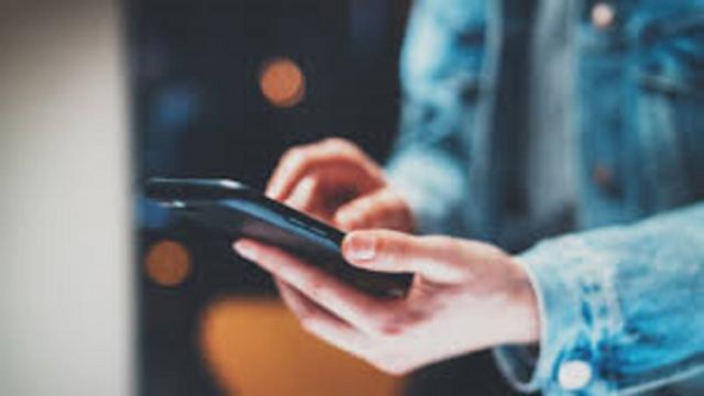 Les manières de tenir son téléphone qui dévoilent la personnalité