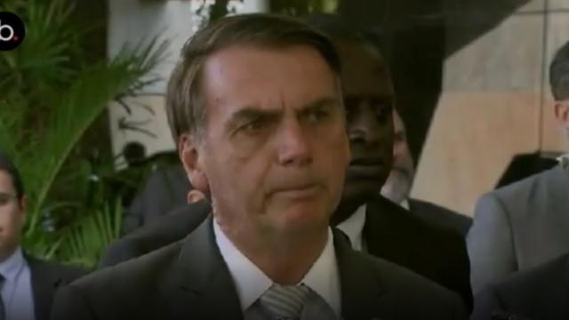 'É a pessoa adequada', diz Bolsonaro após críticas a Eduardo na Embaixada
