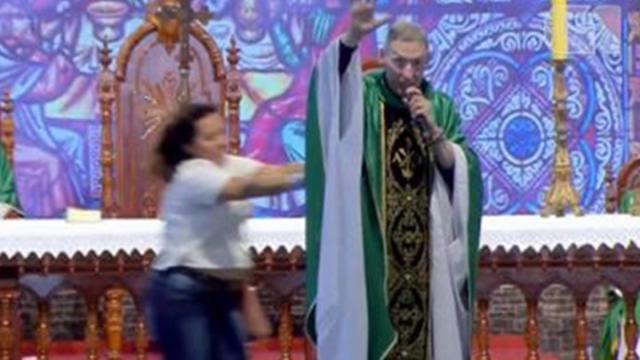 Mulher que empurrou padre Marcelo Rossi do altar afirma sofrer de transtorno bipolar