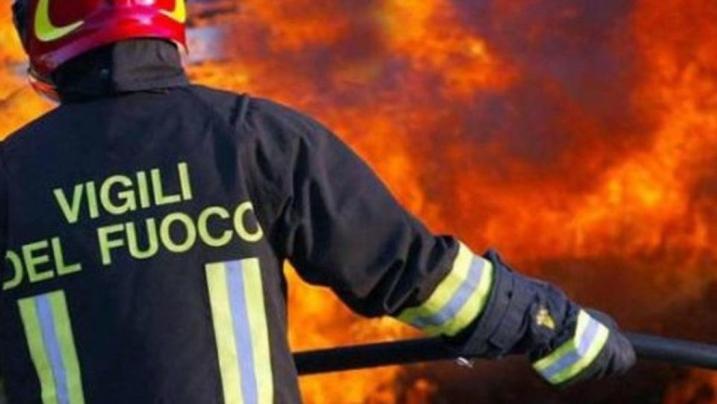 Milano: in fiamme il centro commerciale del quartiere Adriano