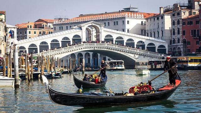 Expulsan a dos turistas de Venecia por prepararse un café en la calle
