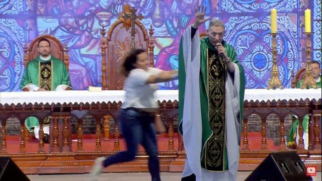 Padre Marcelo Rossi se pronuncia após ser empurrado de altar: