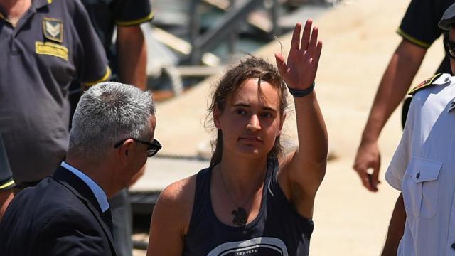 Gli avvocati di Carola Rackete chiedono un risarcimento per gli insulti sessisti ricevuti