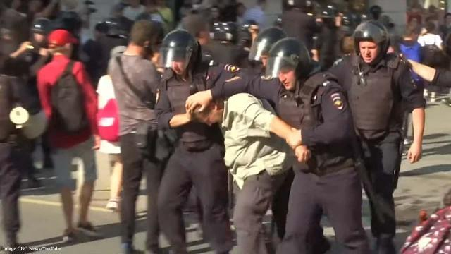 Russia: Riot police crack down by arresting hundreds of protesters in Moscow