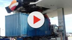 Un camión choca contra una gasolinera en Baix Llobregat