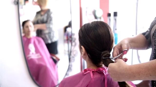 Personas sin recursos que reciben quimio pueden lucir una peluca de 'Mechones Solidarios'