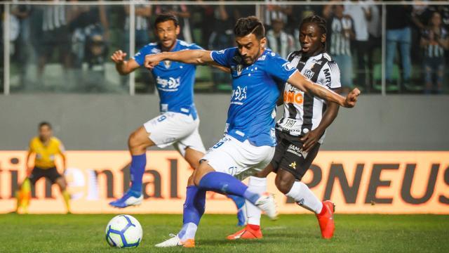 Cazares eterniza em quadro jogada que deixou jogador do Cruzeiro no chão