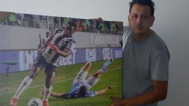 Drible aplicado em rival vira quadro da sala de atleticano Cazares