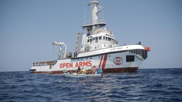 Open Arms. nove migranti sbarcano per motivi di salute