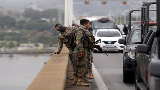 Sequestrador de ônibus morto em ação policial no Rio estava com arma de brinquedo