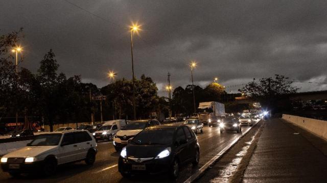 Frente fria e fumaça fazem dia virar noite em São Paulo