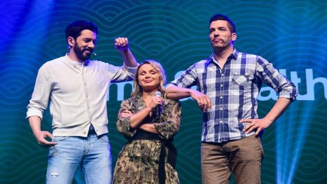 Eliana tira foto ao lado de apresentadores do 'Irmãos à Obra'