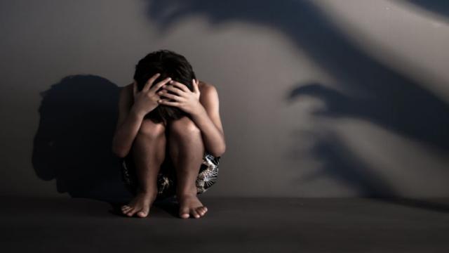 Criança de 11 anos passa mal em escola e dá à luz; pai é procurado por estupro