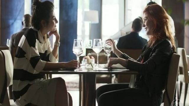 Valéria pede Camila em casamento depois de viagem para a Europa
