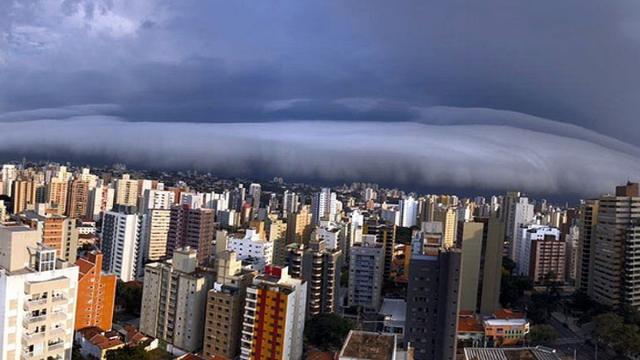 Nuvem rolo passa por Campinas (SP) e escurece o dia