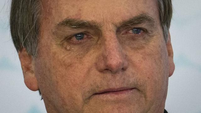 Bolsonaro chora durante evento no Palácio do Planalto