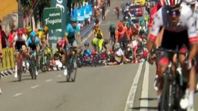 Vuelta Espana, Bennett vince dopo la caduta di un gruppo di corridori