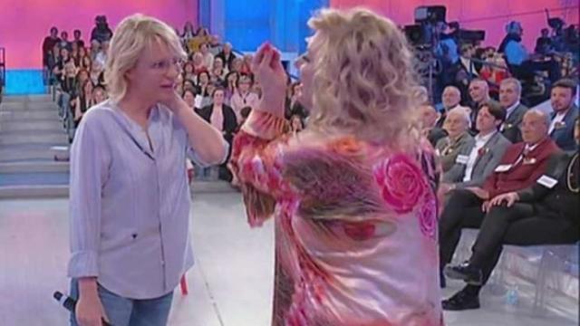 Uomini e Donne: Tina litiga con una signora del pubblico perché ha perso solo 500 grammi