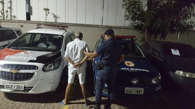 Homem é detido após zombar de assassinato de guarda municipal nas redes sociais