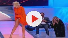 Uomini e Donne spoiler, la Galgani imita Marilyn Monroe: la De Filippi ride a crepapelle