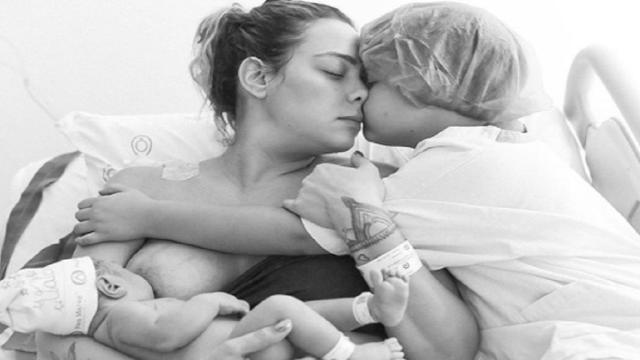 Carol Dantas compartilha foto em família amamentando filho recém-nascido chamado Valentin