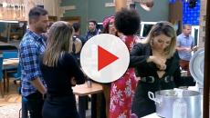 Thayse Teixeira deixa comida cair no peito e discretamente devolve para a panela