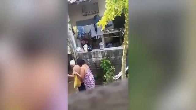 Mulher é presa em Natal após ser gravada agredindo sua mãe de 76 anos
