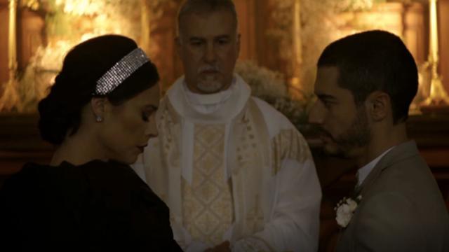 'A Dona do Pedaço': Vivi veste preto em casamento e humilha noivo em brinde