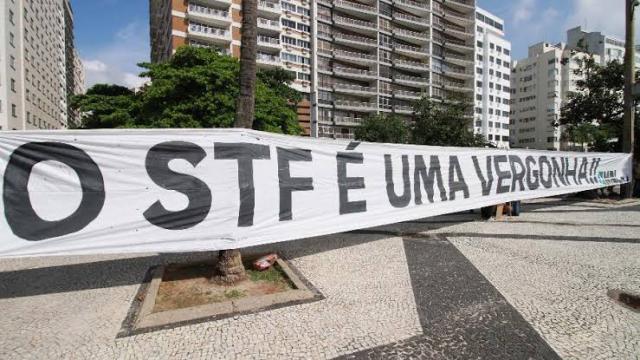 Manifestantes tentam invadir o STF, e polícia intervém