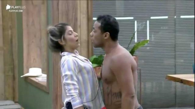 Phellipe beija Hariany, e público pede que Record TV expulse o peão